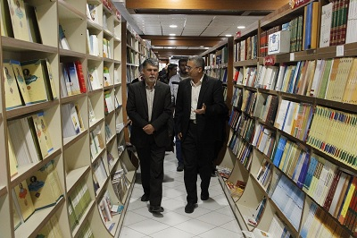 کتابگردی سید عباس صالحی در کتابفروشیهای قم