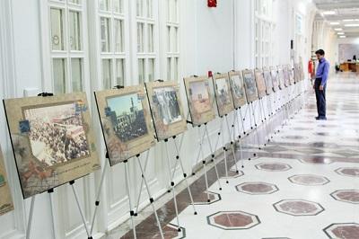 نمایشگاهی از یادگارهای دوران دفاع مقدّس در کتابخانۀ مرکزی آستان قدس رضوی