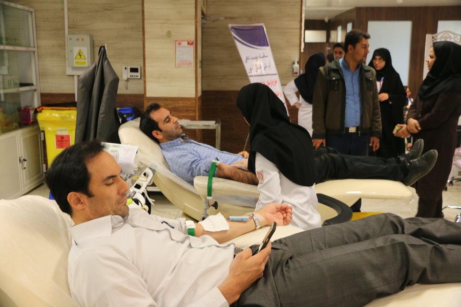 اهدای خون جمعی از کارکنان اداره کل کتابخانههای عمومی البرز به آسیبدیدگان مناطق زلزلهزده