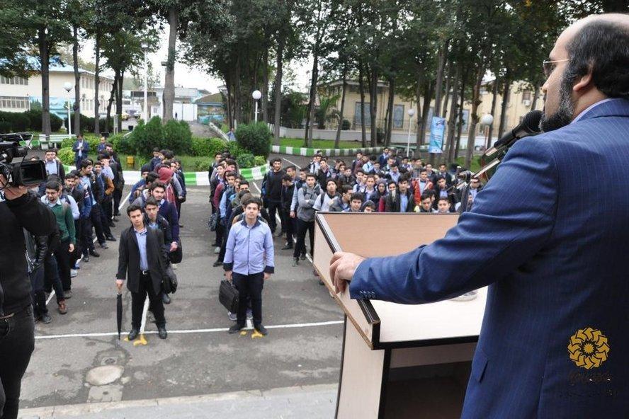 مدیرکل کتابخانههای عمومی گیلان به جمع دانشآموزان رفت