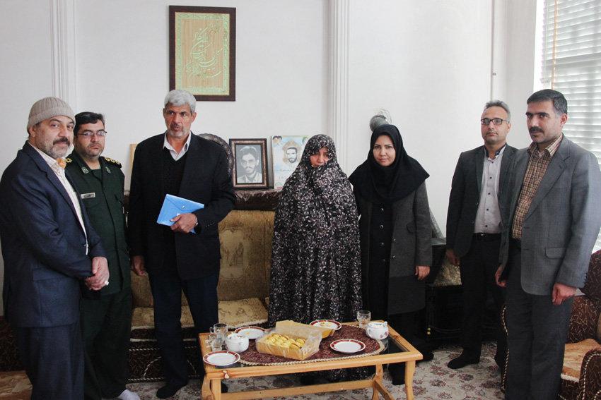 مدیرکل کتابخانههای عمومی یزد به دیدار خانواده شهدا رفت