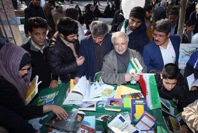بازدید پرشور مردم از غرفه های کتابخانههای عمومی در مسیر راهپیمایی 22 بهمن ماه