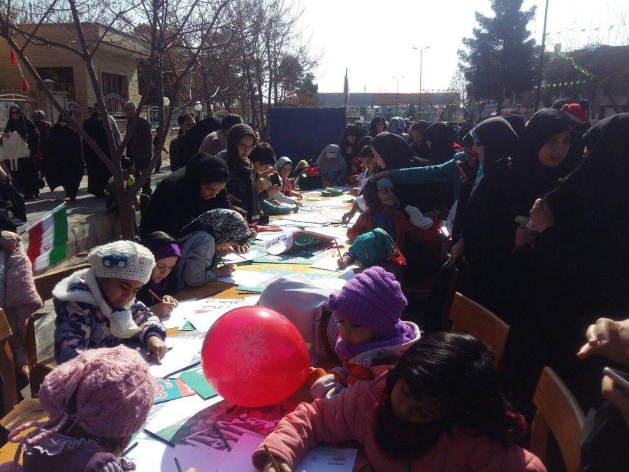 استقبال مردم از غرفه اداره کل کتابخانههای عمومی استان سمنان