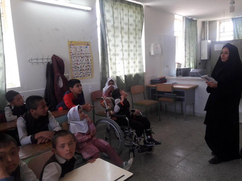 معرفی کتاب «جوجه اردک زشت» در مدرسه ابتدایی شهر فرمهین استان مرکزی