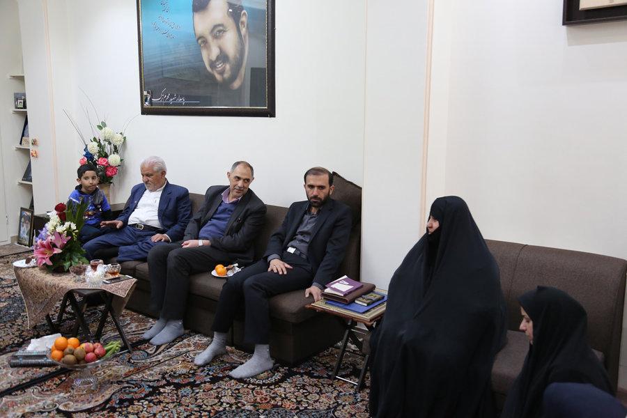دیدار مدیرکل کتابخانه های عمومی استان تهران با خانواده اولین شهید مدافع حرم