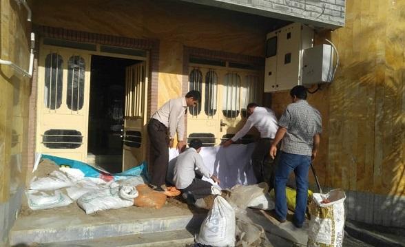 تلاش کتابداران شهر رُفیّع در استان خوزستان برای حفظ کتابخانه خود از خطر سیل+عکس