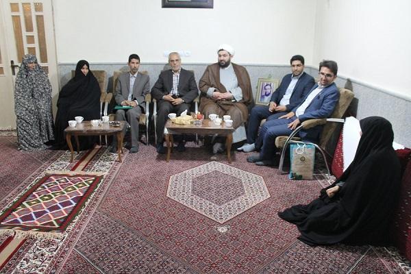 مدیرکل کتابخانه های خراسان رضوی با خانواده شهید فرهنگی دفاع مقدس دیدار کرد